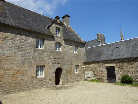 Heart of the village, lovely house built in 1657 for renovation