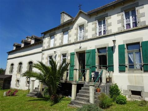 More than 600 m² for this former school center village