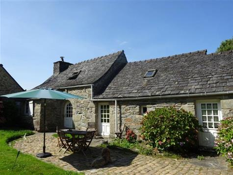 A lot of charm for this longere with swimming pool