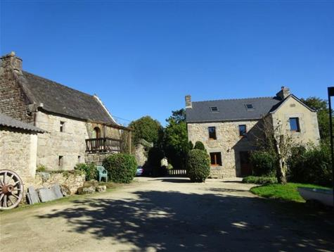 At the end of the lane, hamlet of 3 houses on 2.8 hectares