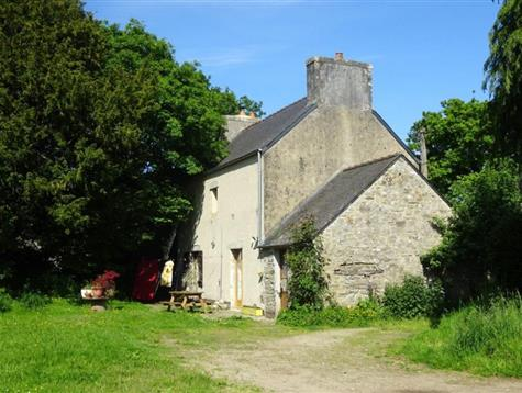 Pretty stone house on 2300 m² land.